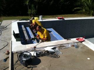 Trabajos de reparación del liner de la piscina