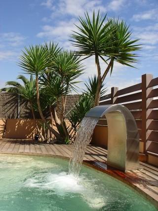 Cascada en piscina exterior