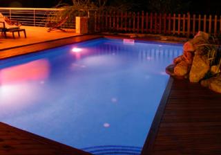 Iluminación de piscina con leds por la noche