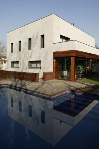 Acabado integral de piscina con jardín, riego y tarima