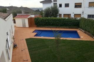 Piscina con cuarto técnico, ducha, terraza y césped