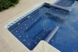 Piscina con escalera y spa