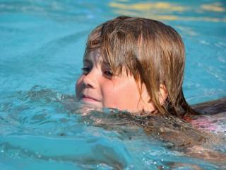 Niña nadando en una piscina