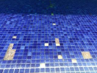 Borada y hormigón afectados en el vaso de una piscina