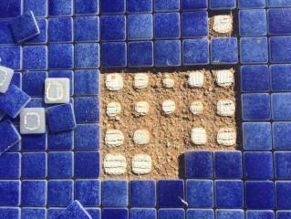 Detalle de borada y hormigón afectados en fondo de piscina