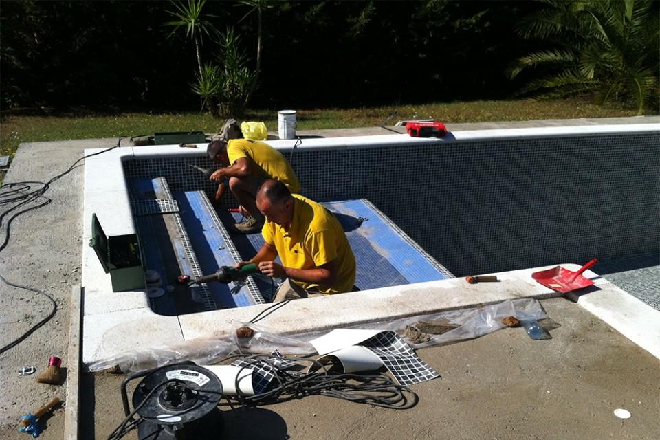 Trabajos de mantenimiento en una piscina
